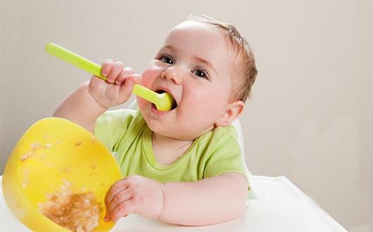 宝宝吃饭问题让很多家长都很头疼。如何让宝宝爱上吃饭,如何让宝宝乖乖吃饭,如何让宝宝吃的多,吃的健康有营养成了家长关注的问题。人民同泰健康网教您如何让宝宝乖乖吃饭。  第一招:心理取胜。宝妈在喂宝宝吃饭的时候,自己可以先吃一口,然后表示真的很好吃,如果宝宝不吃,可以多吃几次,一直告诉宝宝真的很好吃。觉得好奇的宝宝,一定会马上想要尝一尝。 第二招:好看的餐具。准备一些图案好看或者是孩子喜欢的卡通人物的彩色餐具,这样可以吸引宝宝注意餐具里的食物。或者带着宝宝一起挑选,让宝宝认为是在是使用自己挑选的餐具,吃饭会更